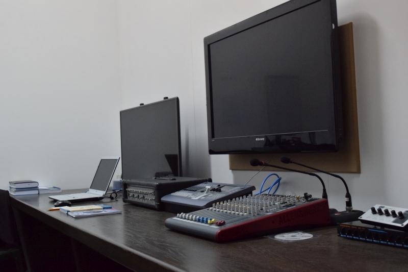 غرفة التحكم بالصوت (الاستديو الاعلامي بمجمع الشيخ احمد كفتارو)